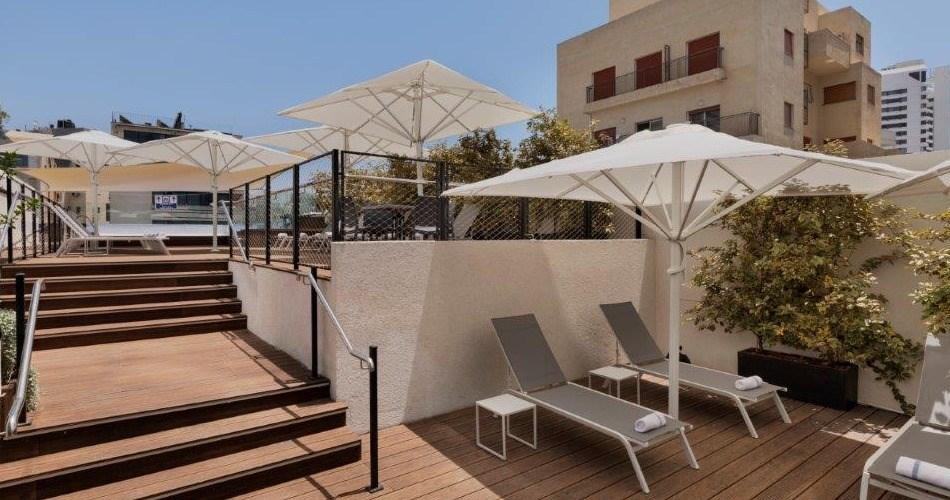 פינת שיזוף ליד הבריכה - מלון מטרופוליטן תל אביב